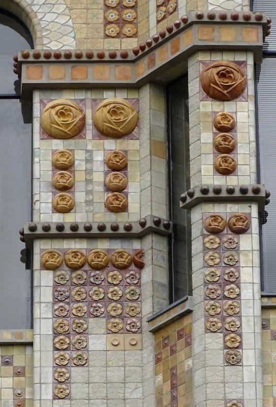 Ceramic decor on Arfidson's workshop building on rue Campagne Premiere, 31