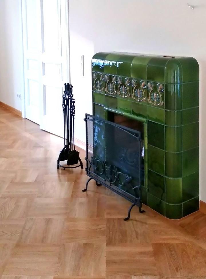 Une élégante cheminée en faïence de style Art Nouveau du Nord