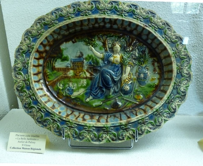 A woman in the garden. Palissy's ceramics. 16th century