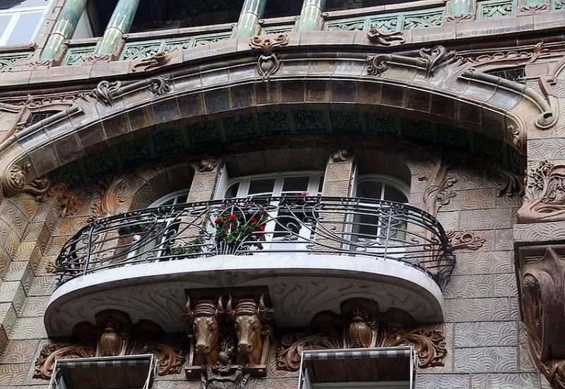 Central balcony with bullhead bracket
