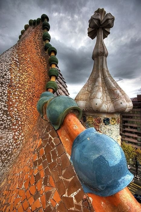 The roof of Casa Batllу, shaped like a dragon spine