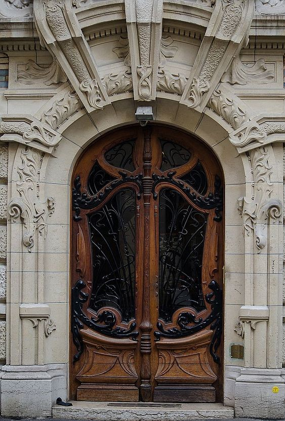 Entrance to Lavirotte's house on Rapp Square, 3