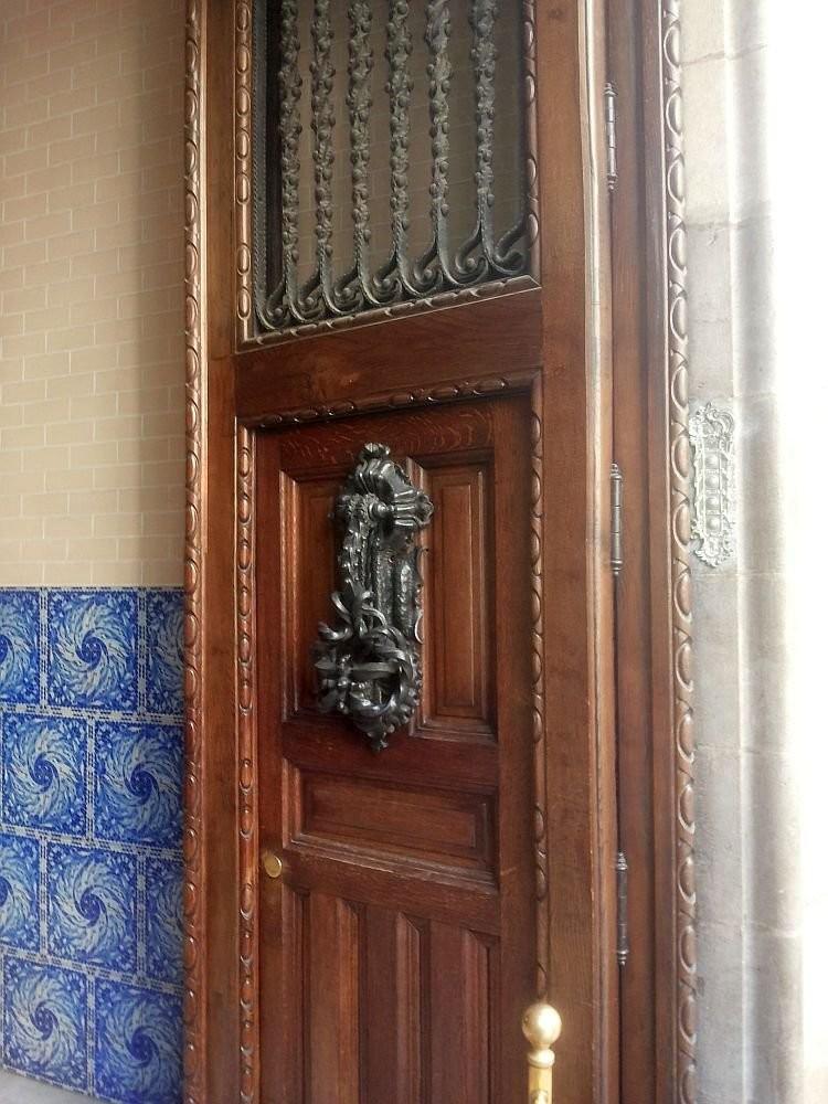 Bedbug-shaped door knocker in Casa Calvet